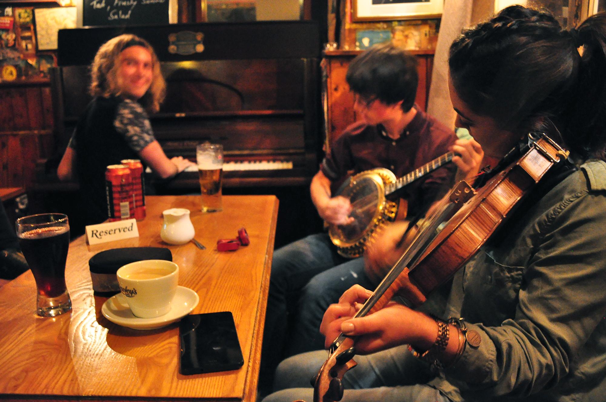 Traditional Irish music at the Roadside Tavern